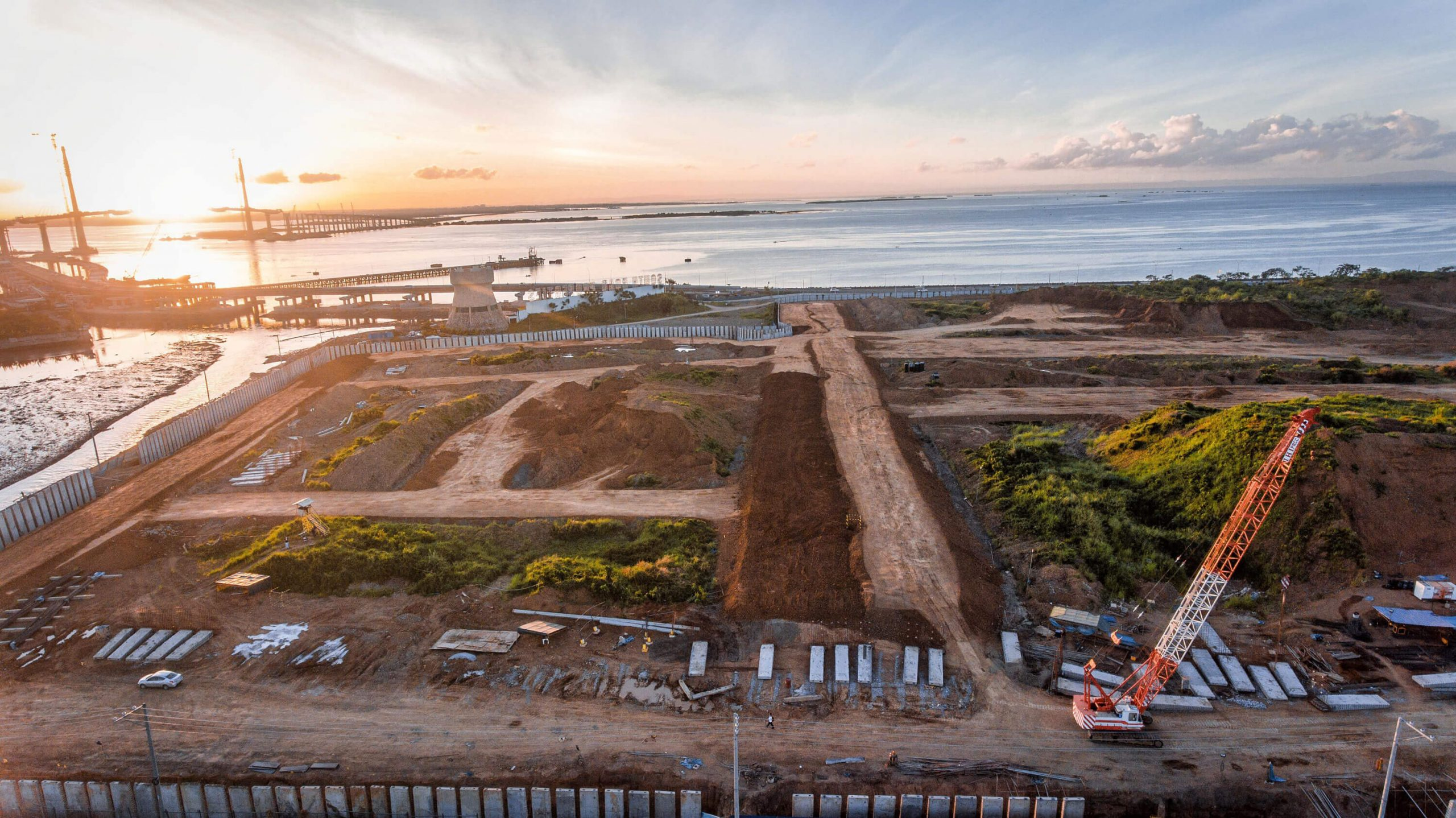 SITE DEVELOPMENT PROGRESS. Construction progress of the commercial lot offering, District Square, which is envisioned to be Cebu's prime waterside address and home to progressive office, hotel, and other commercial developments.